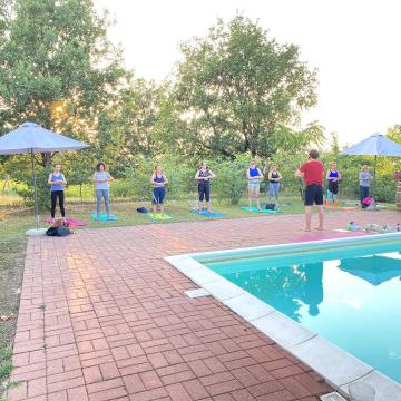 🧘♂️ Yoga al tramonto e Pic Nic, parte 2  Piaciuta la serata di ieri? Grazie Emanuele di @tara_centro_yoga, ci stava questa lezione prima delle ferie 🧡  Grazie a tutti quelli che hanno partecipato ai nostri eventi di Giugno e Luglio e a chi ha collaborato con Floema per rendere ancora più speciali i giovedì sera 🧡  👉@fuego.y.matambre 👉 @tara_centro_yoga 👉 Bossaviva 👉@vetteebaite  Grazie a @vinimontevecchio per la splendida location  e gli ottimi vini 🍷