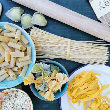 Raddoppia i Punti Bazza* con Pasta e Cereali 💥  Approfittane per assaggiare: 👉 Le nostre idee fatte a mano nel Floema LAB (tagliatelle, tortelloni, strichetti) 👉 Tutti i formati dell'artigianale Pasta di Canossa 👉 L'immancabile Riso Venere e Carnaroli di Riso Zangirolami  Se acquisti nella categoria PASTA E CEREALI, ricevi il doppio dei punti su quei prodotti. L'offerta è valida fino a Giovedì 20 Maggio alle ore 20!  *PUNTI BAZZA = sono stati ideati per premiarti ogni volta che fai un acquisto. Li trovi nel tuo carrello e li puoi riscattare direttamente in fase di checkout. Ricordati che per RISCATTARE i punti, ne devi avere almeno 300 che corrispondono a 10€ ° ° ° #floema #bolognafood #ferrarafood #reggioemiliafood #modenafood #imolafood #consegnaadomicilio #consegnagratuita #mangiaresano #verduradistagione #fruttadistagione #fruttafresca #sano #freschezza #verdurafresca #agricoltura #deliveryfood #eatwell #slowfood #igersemiliaromagna #volgoemiliaromagna #vivobologna #emiliaromagna #food #instafood #instagood #healthyfood #italiaintavola  #latticinifreschiadomicilio #pastaecereali