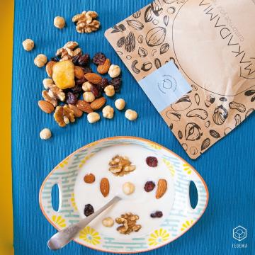Mix Colazione di frutta secca: mela, mandorle, mirtillo, noci e nocciole☀️   ☕️ Appurato che la colazione è uno dei pasti più importanti della giornata, perché non renderlo anche il più gustoso? Ecco un mix di frutta secca e frutta disidratata che fornisce tutte quelle vitamine e minerali necessari a un buon risveglio, ma che aggiunge anche un twist sfizioso alla tua colazione.   🥜Accompagna il mix allo yogurt o al latte e inizia la giornata alla grande!  Cosa trovi nella confezione 100% compostabile con chiusura salva freschezza: Mandorle grezze Mela disidratata Mirtillo rosso Nocciole tostate Noci  @makadamiagroup  ° ° °  #colazione #colazionesana #fruttasecca #floema #agricolafloema #mixcolazione #yogurt #consegnaadomicilio #latticinifreschi #latticiniadomicilio
